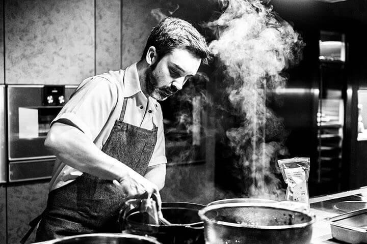 Henrique Sá Pessoa cozinhando