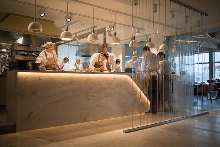 Equipo de cocina del restaurante Twins Garden en Moscú