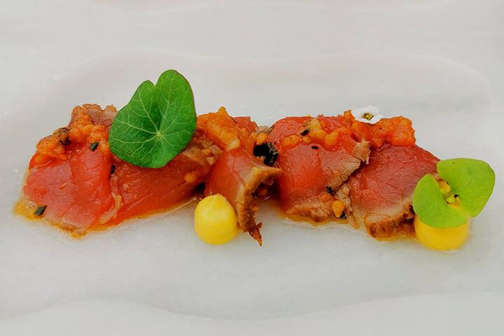 Croca de ternera gallega adobada con pure de maíz. Restaurante As Garzas