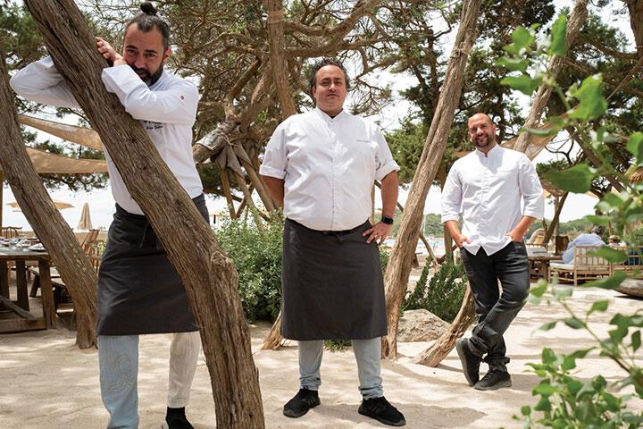 Rafa Zafra, Ricardo Acquista y Alberto Catiñeiras en el restaurante / chiringuito Casa Jondal, Ibiza