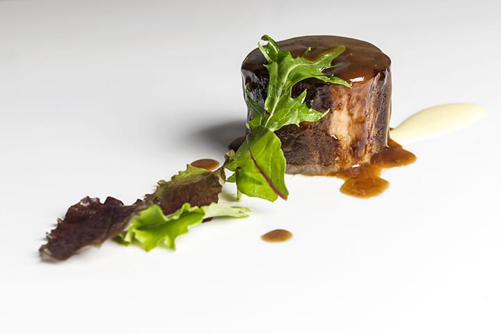 Lomo de cordero relleno espuma de patata trufada y brotes frescos. Restaurante Arbidel, Ribadesella, Asturias. 1 estrella Michelin