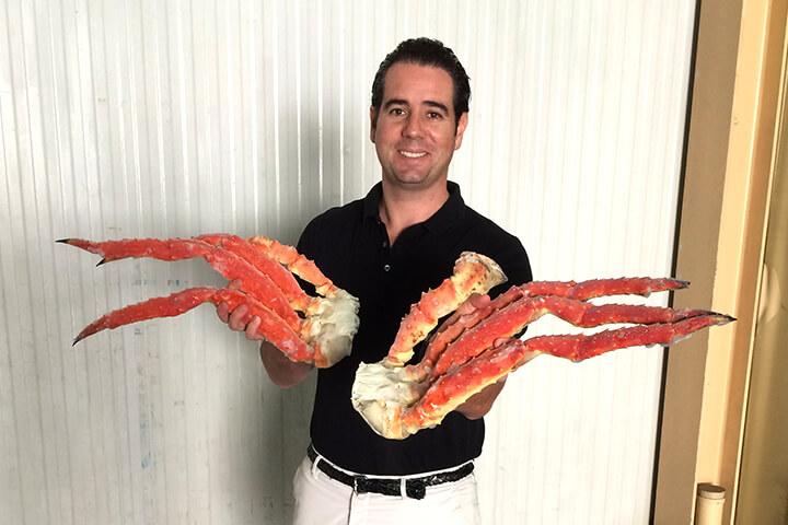 Tomás Losada con dos pechos de cangrejo real ruso (king crab)
