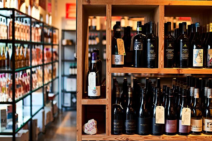 Selección de vinos en Vino & Co Ibiza
