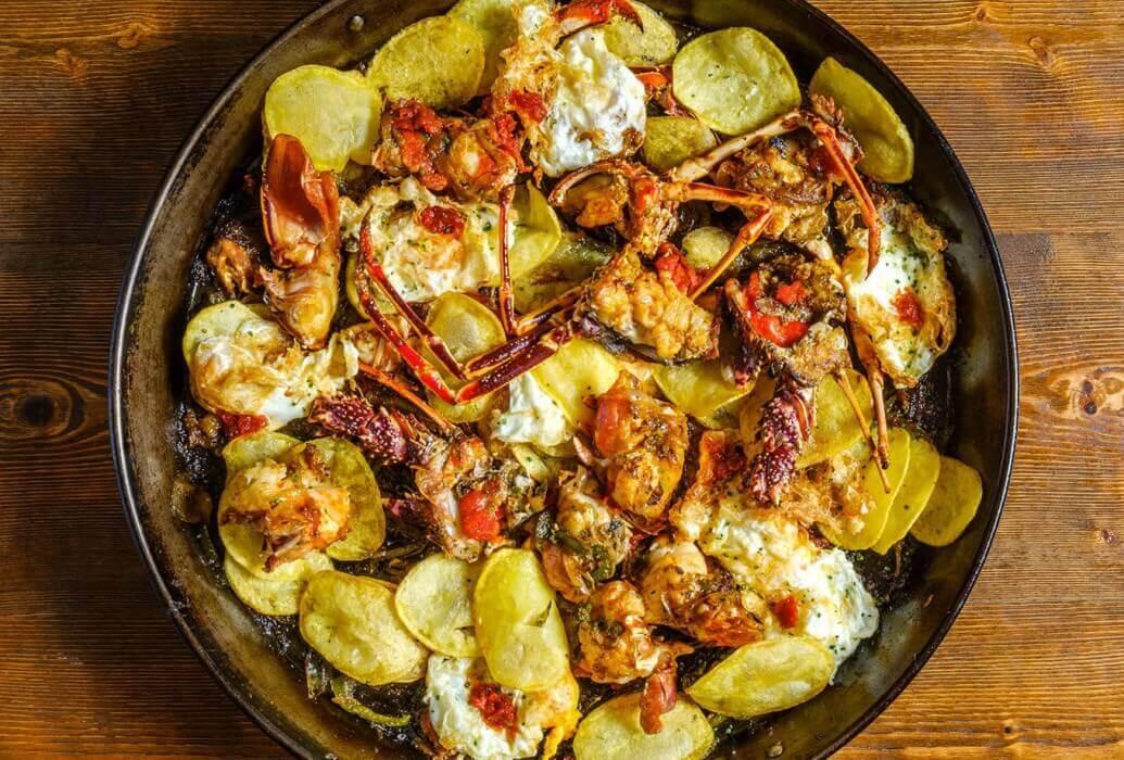 Langosta con huevos y patatas fritas. Restaurante Es Còdol de Foradat. Formentera