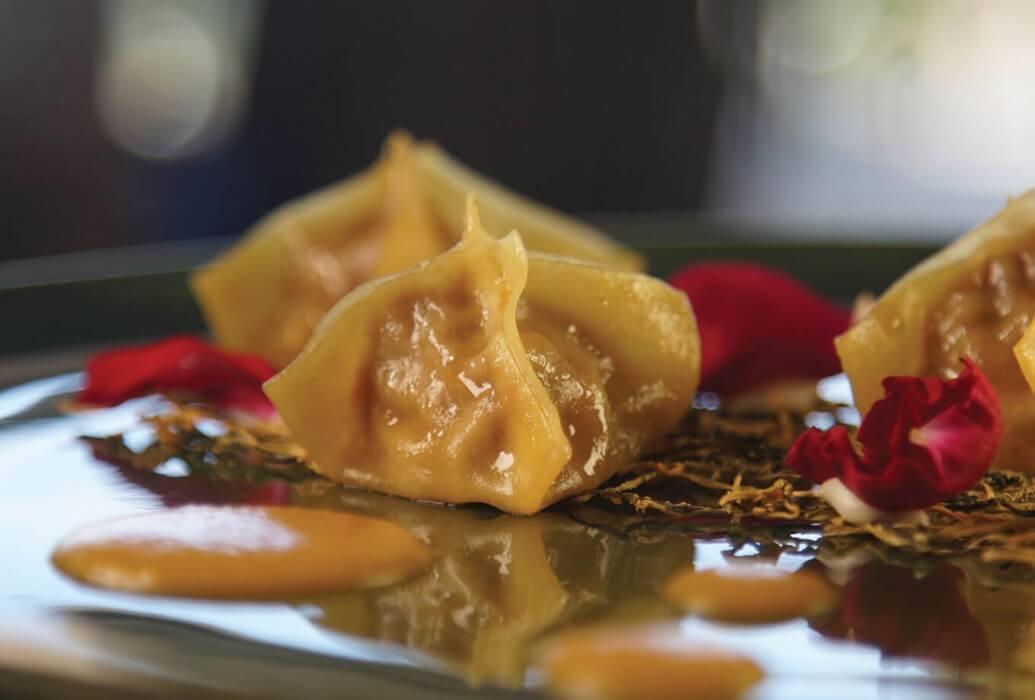 Ravioli de wagyu con cebolla deshidratada y caramelizada con salsa de pera a la mantequilla de trufa. Molo 47, Formentera