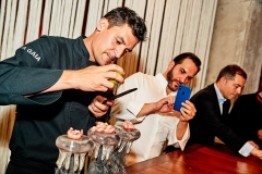 Sandoval capturando los últimos toques de Molina sobre el crujiente de tapioca