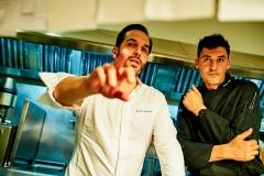 Sandoval y Molina consultando el menú
