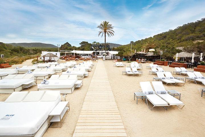 Camas y tumbonas en Blue Marlin Ibiza