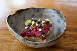 Carpaccio de ternera con caviar aguacate, albahaca y piñones. Restaurante Destino, Ibiza
