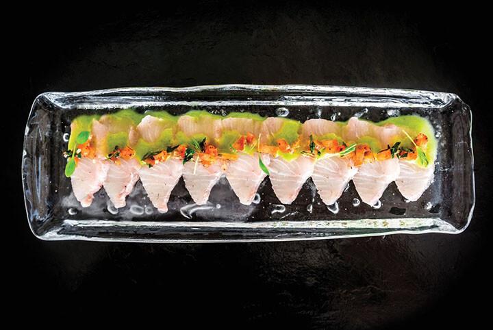 Plato de pescado, sashimi, en restaurante Sa Punta. Ibiza
