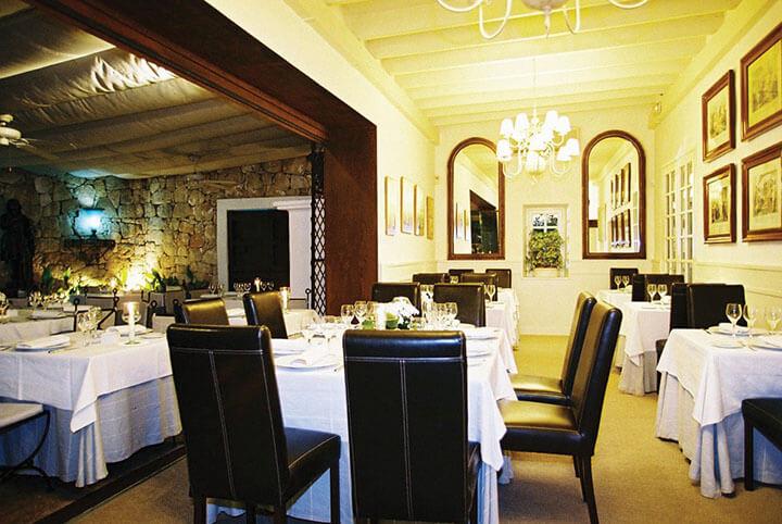 Salón del restaurante Ama Lur en Ibiza.
