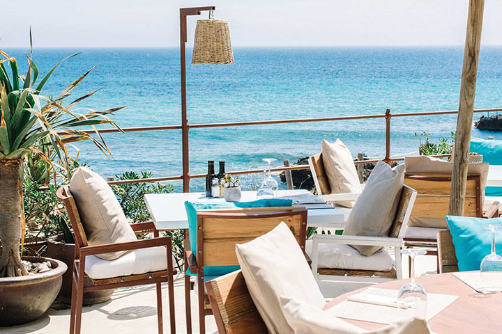 Terraza del restaurante Atzaró Beach en Ibiza.