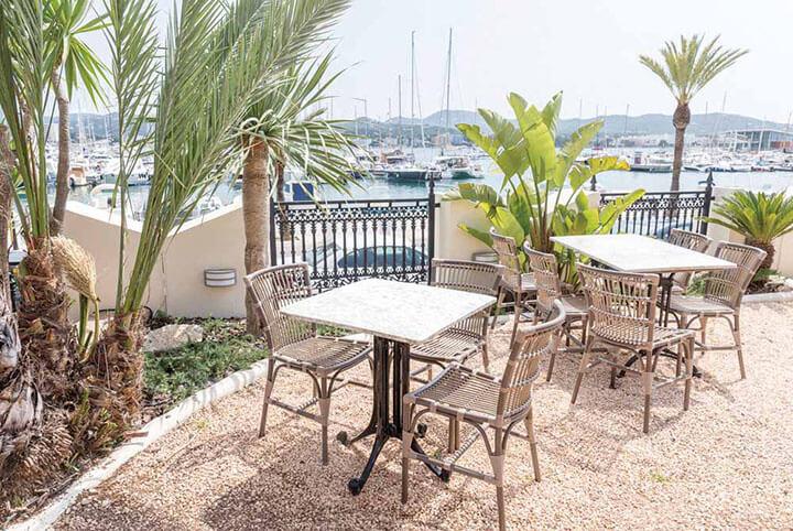 Terraza en el restaurante Villa Mercedes. Ibiza