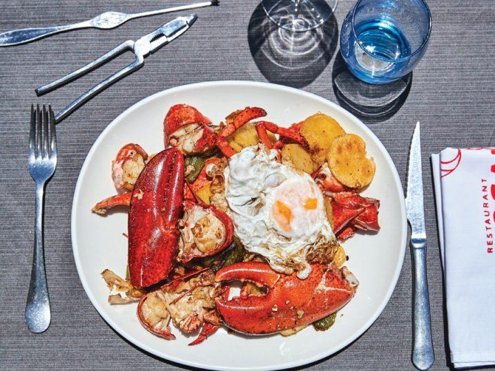 Bogavante con huevo frito y patatas fritas de Restaurant Vogamari Formentera