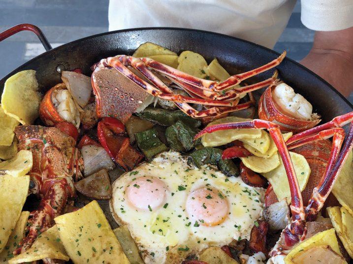 Langosta con huevos fritos y patatas fritas. Restautant Sol, Formentera