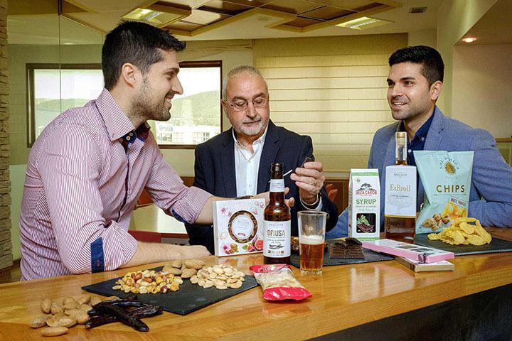 Saul, Vicente (padre) y Vicente (hijo), propietarios de Frutos Secos Ibiza