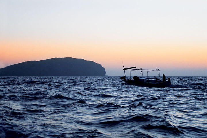 Barco de pesca en busca del gerret. Ibiza