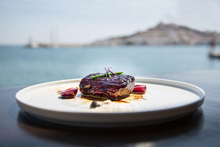 Glazed tuna with almonds and cherries. Lío Restautant. Ibiza