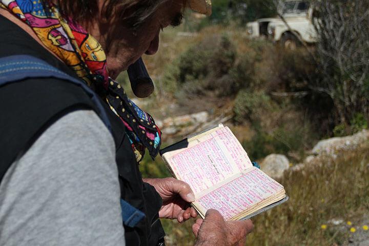 Mario Stafforini ojeando su libreta.