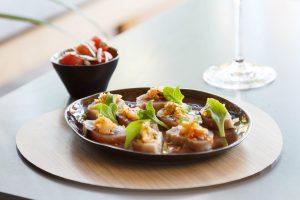 Tataki de bonito, kimchi casero y tomates encurtidos. Restaurante La Gaia. Ibiza