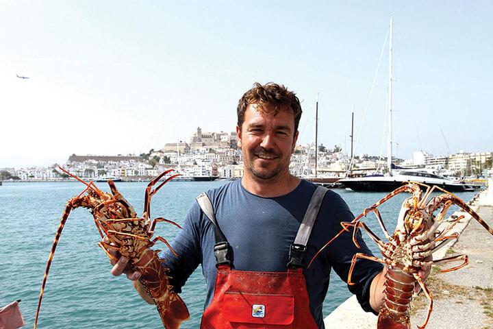 Toni Sastre con un par de langostas de Ibiza