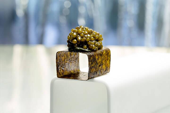 Caviar sobre cubo de alga nori. Restaurante Enigma