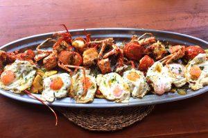 Langosta con huevos fritos y patata ibicenca. Restaurante Cala Bassa