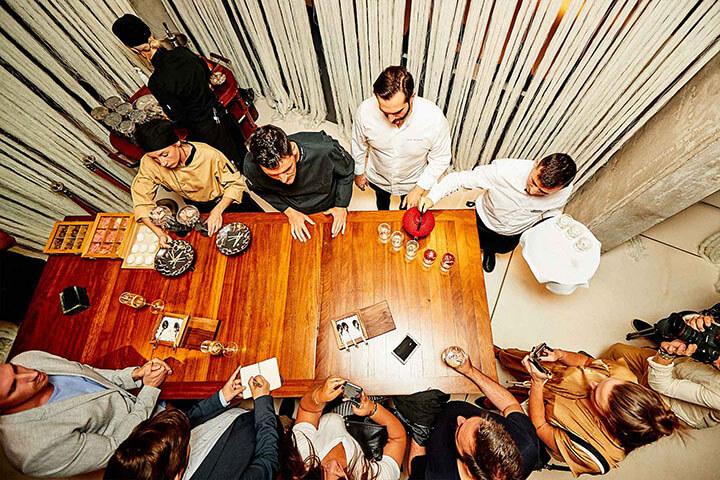 Aperitivos en la mesa alta