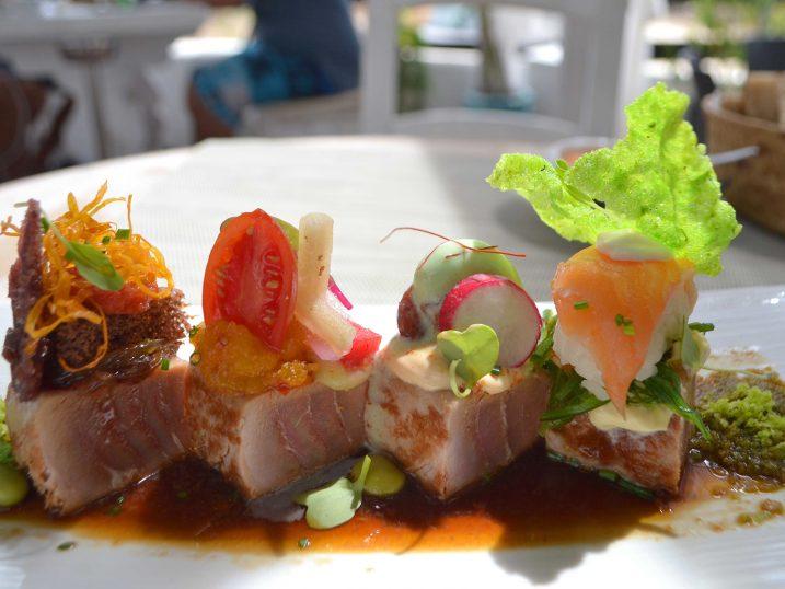 Tataki de atún macerado con secuencia dulce, ácida, picante y salada. Restaurante Casa Piedra, Ibiza