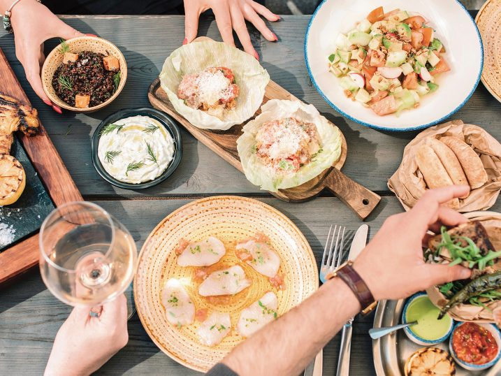 Sashimi de hamachi, ensalada de tomate raff, araies, tzatziki, tabulé y nicose de atun rojo. Chiringuito Blue, Ibiza