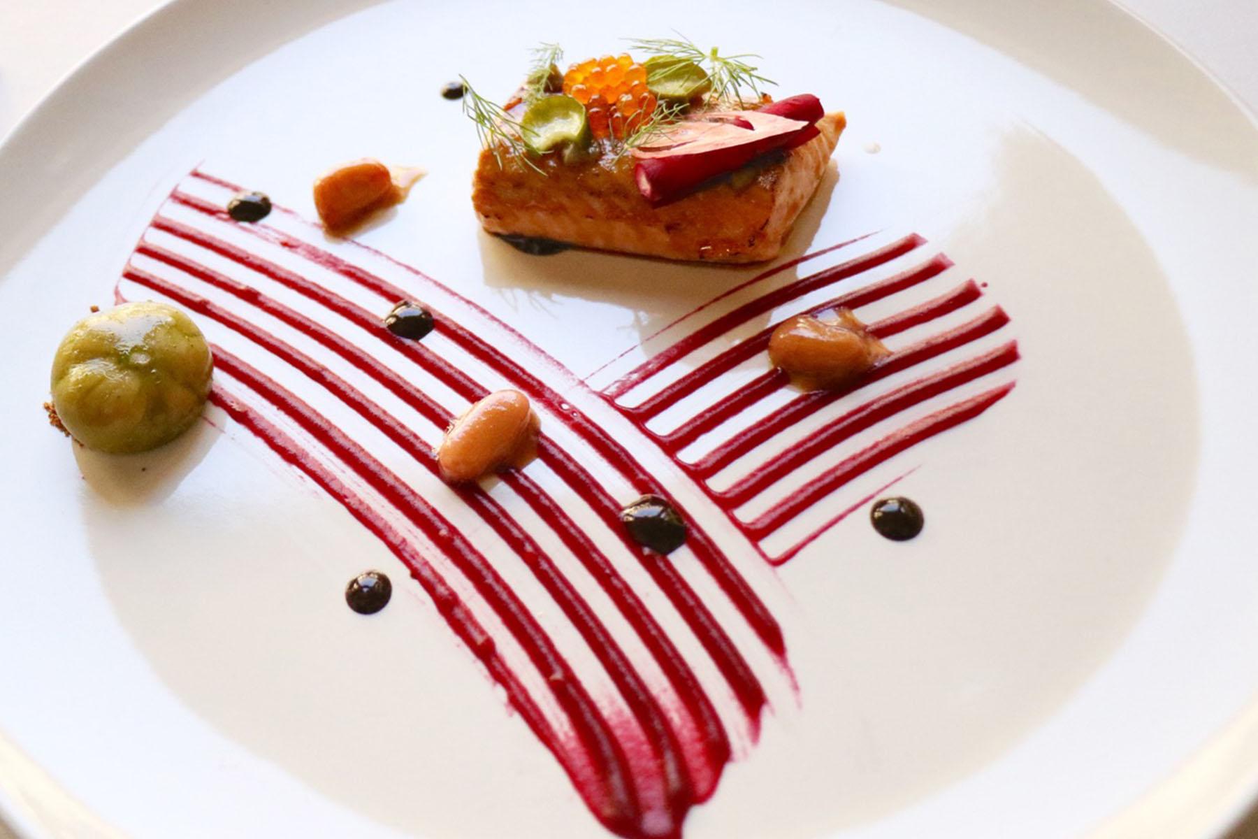 Trucha glaseada con remolacha, manzana y encurtidos. Chef Óscar Salazar