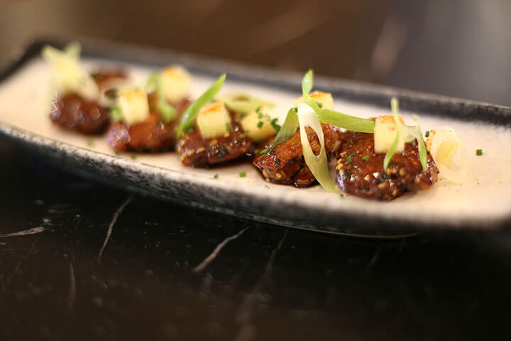 Alitas deshuesadas con salsa yakiniku y manzana agripicante.