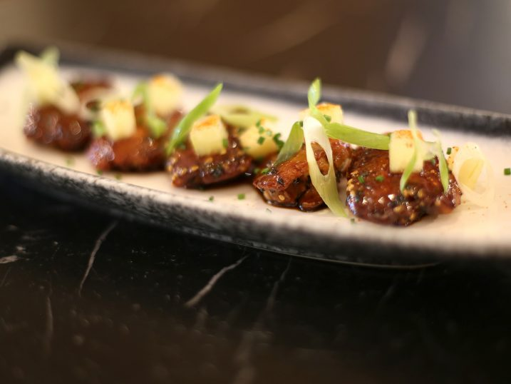 Boneless chicken wings with yakiniku sauce and hot-and-sour apple