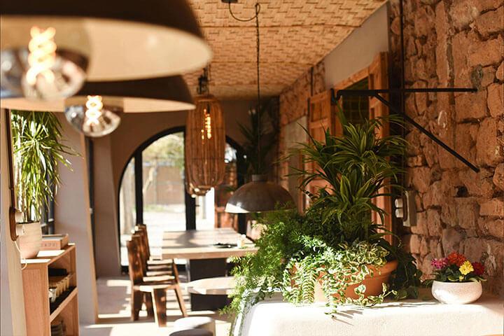 Las Dalias dining room