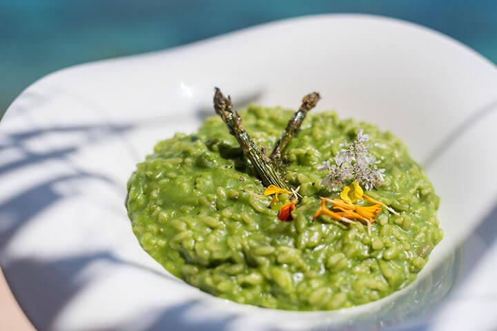 Risotto vegetariano de la huerta ecológica con chlorella . Restaurante Amante Ibiza