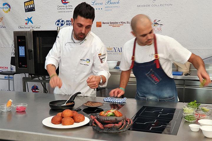 """Chef Jonay Hernández preparando el """"Mojo Crab"""""""