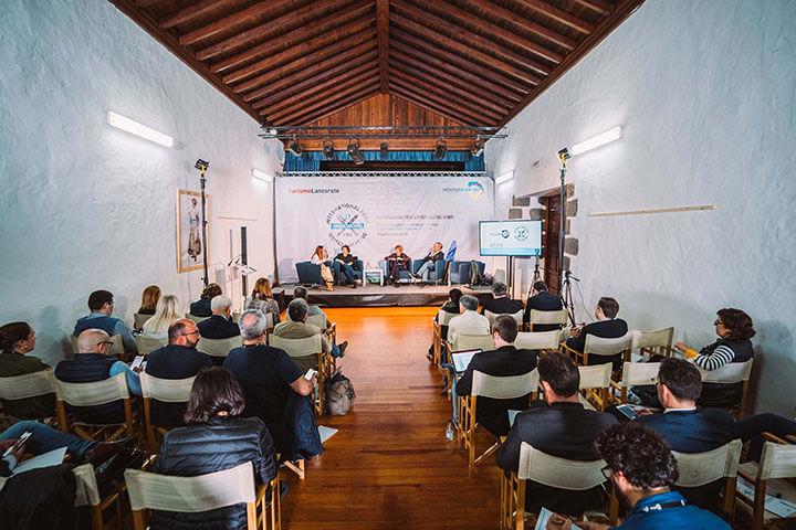 Primera mesa de debate y público asistente.