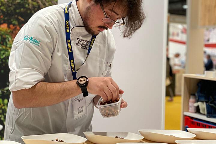 Matías Trelis es chef pastelero en Es Ventall