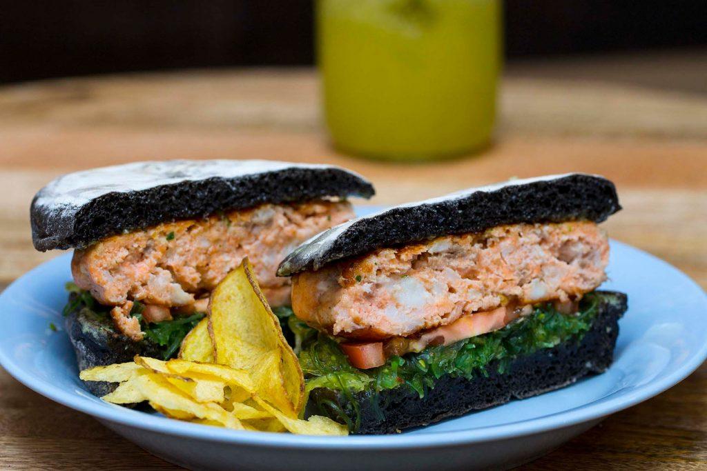 Salmon and cuttefish burger. O Prego da Peixaria, Lisbon