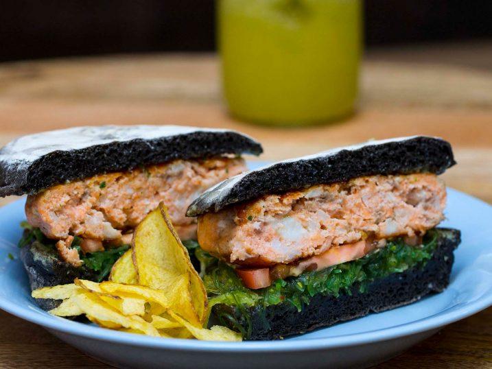 Hamburguesa de salmón y sepia. O Prego da Peixeria. Lisboa