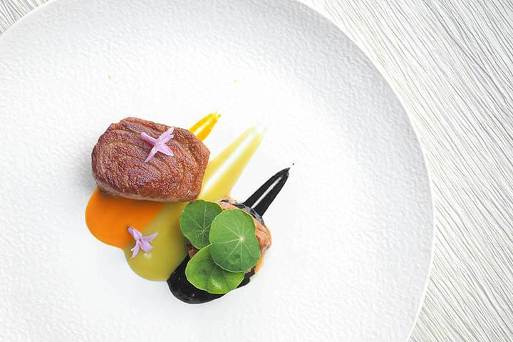 Morrillo de atún a la plancha con chipirones encebollados y tomatitos asados