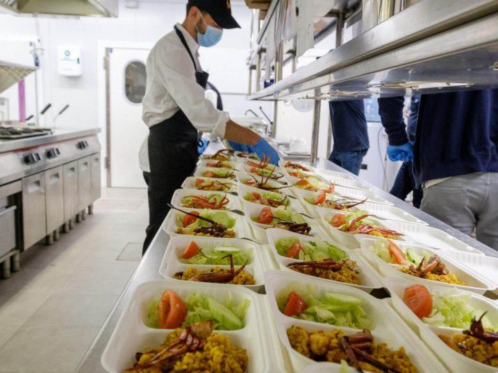 """Preparando el menú solidario de """"Santa Eulalia contigo"""""""