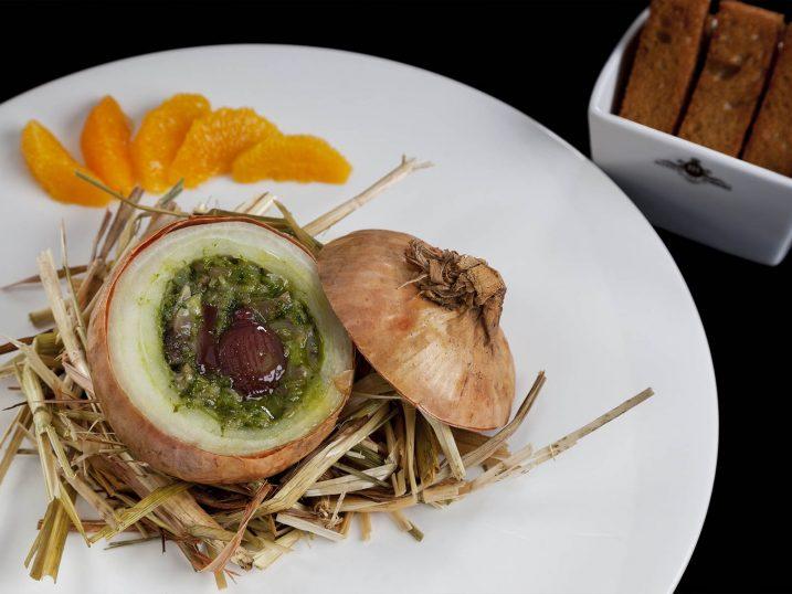 Cebolla rellena con manitas de cerdo y cilantro. Restaurante Narcissus Fernandesii